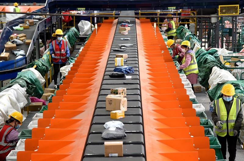 Employees of Handan branch of China Post work by an automatic sorting belt, Nov. 9, 2020. (People's Daily Online/Hao Qunying)