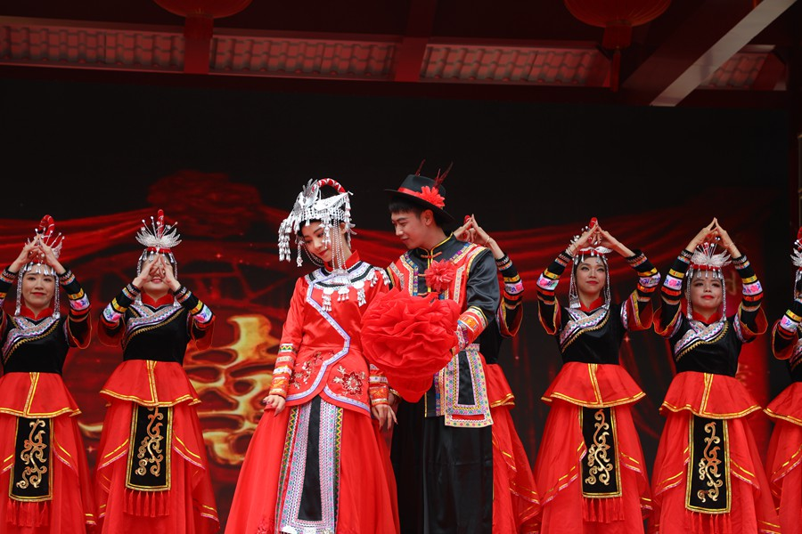 People of the She ethnic group stage a traditional wedding ceremony performance in Podou village, Yunxiao county, Zhangzhou city of southeast China's Fujian province, April 14. (Photo/Xie Qinjie)