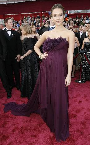 jessica alba oscars 2008. Actress Jessica Alba poses on