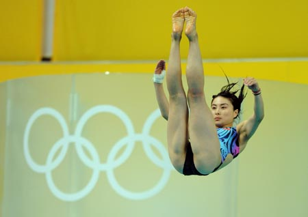 China\'s Guo wins gold  in 3m springboard, setting record