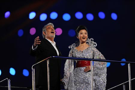 Domingo and Chinese singer Song perform together at Beijing Olympics closing