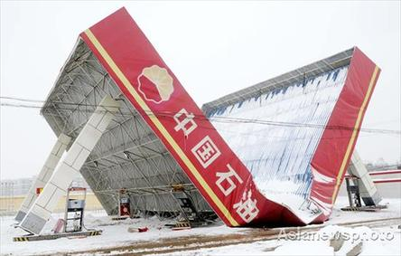 The heaviest now in 55 years collapses the roof of a gas station in Hebei province