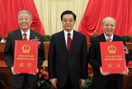 China presents awards to outstanding scientists