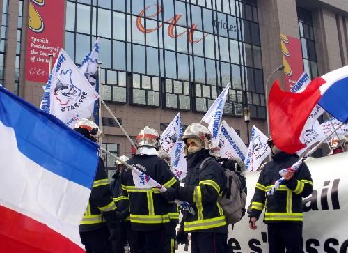 French firefighters protest against gov't for refusing to pay bill