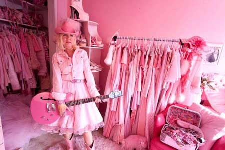 Photo: 46-year-old pink lady's pink craze