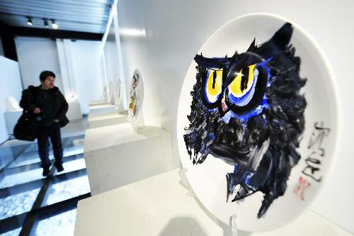 Attractive ceramic painting exhibition in E China