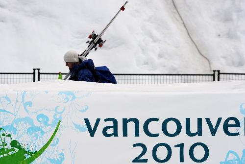 Fog disruptes men's downhill training at Vancouver Olympics