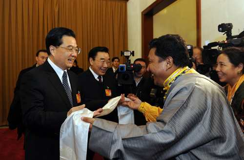 President Hu joins panel discussion with Tibetan deputies to NPC