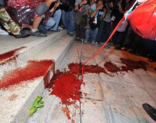 Thai anti-gov't group pours blood on footpath in front of ruling party's headquarters