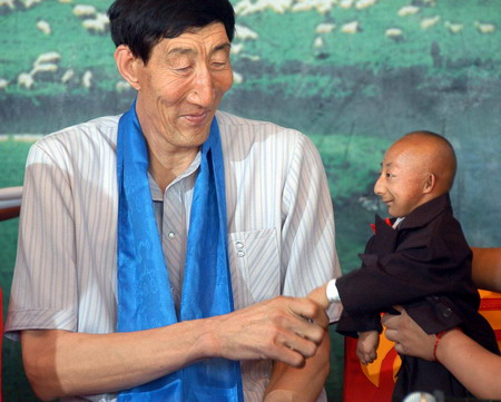 shows the world s shortest man r chinese he pingping and the world sWorlds Shortest Person