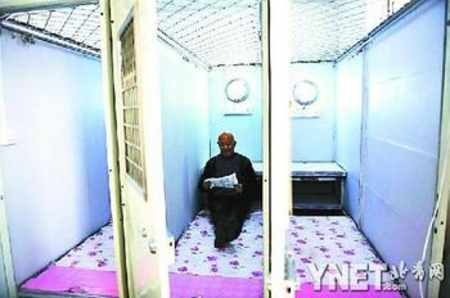 "78-year-old man constructs 8 ""capsule apartments"" for graduates"