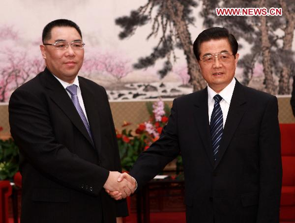 President Hu meets with Macao chief executive