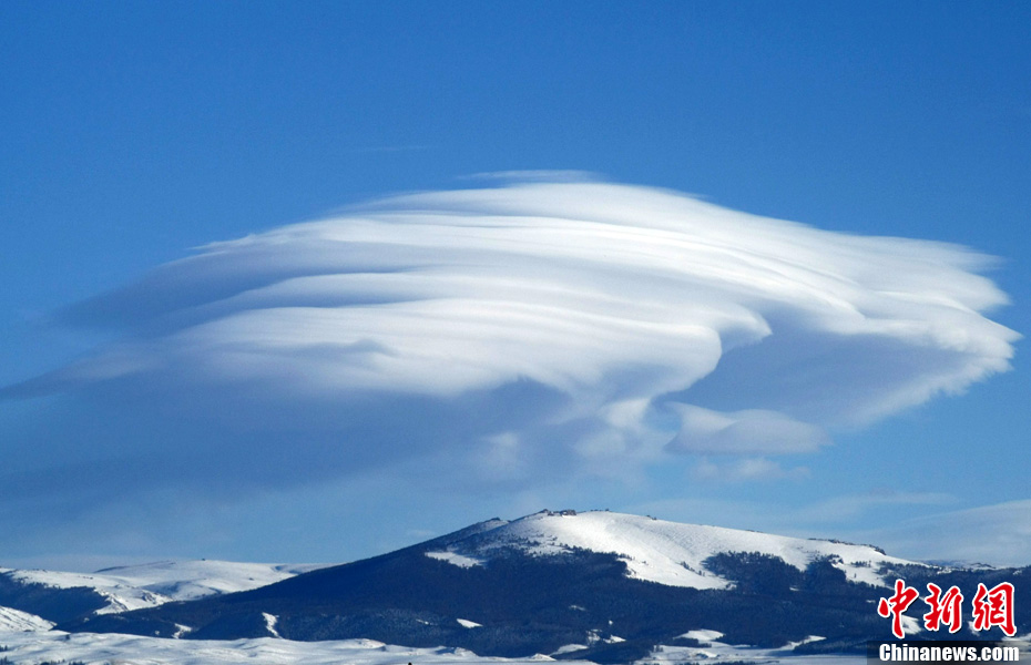 'Mushroom cloud' floats above Tianshan Mountain