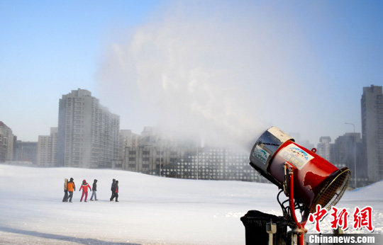 Artificial snow adorns Beijing Olympic Park ski slopes