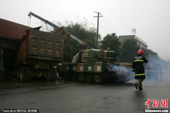 Firemen use tank to rescue truck driver in Changsha