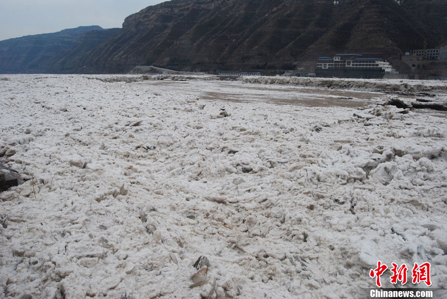 Ice flood bursts in Hukou waterfall