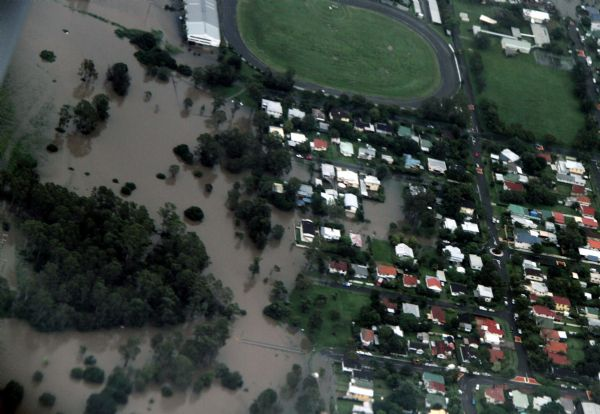 Thousands of Australians leave Queensland homes to escape flood