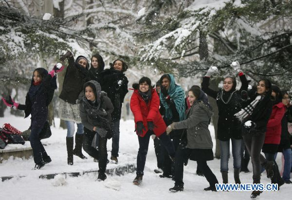 Heavy snow hits Tehran