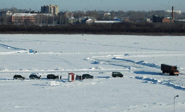 Ice vehicle transport begins on Heilongjiang River