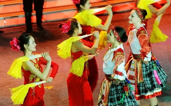 Chinese, Russian dancers perform to greet Spring Festival