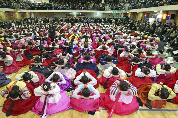 Graduates bow to teachers and parents in Seoul