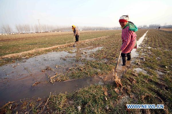 Gov't, farmers fight against drought in E. China
