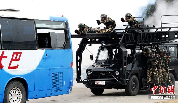 Anhui Armed Police hold large anti-hijacking exercise