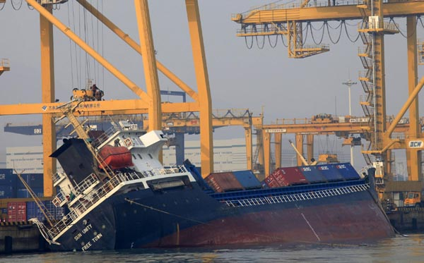 Oil spill after cargo ship tilts in Dalian
