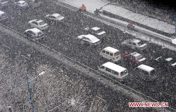 Snowfall hits Central China