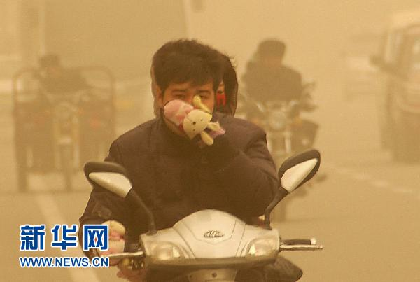 Dusty, sandy weather strikes Xinjiang