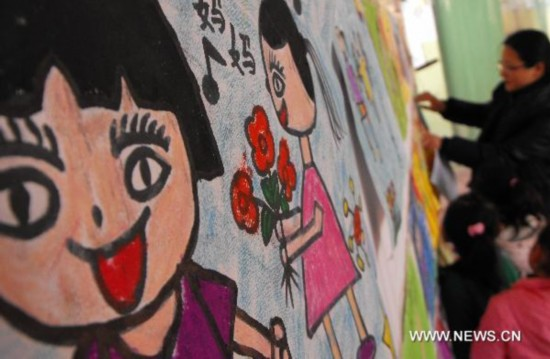 Children draw mothers' portraits marking Women's Day