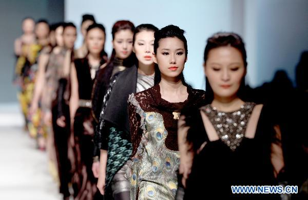 Costume fashion show kicks off in Shanghai