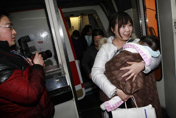 Chinese passengers arrive in Shanghai from quake-hit Japan