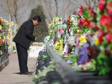 Chinese turn to greener for paying tribute to ancestors