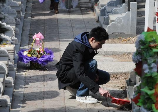 People sweep tombs in Beijing ahead of Qingming Festival