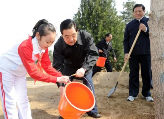 Chinese leaders join Beijingers for tree planting campaign