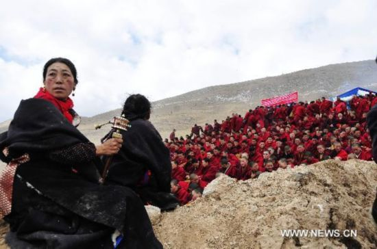 Monks pray for deceased in Yushu earthquake