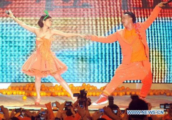 Eason Chan dances for fans in C China