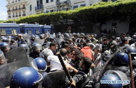 Algerian students protest to require improvement of social status