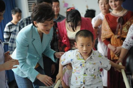 UNICEF representatives inspecte recovery condition of injured children in Wenchuan earthquake