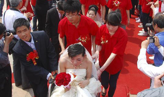 Group wedding held for disabled couples in east China