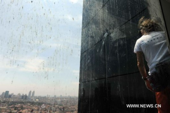 """Spiderman"" climbs highest building in Turkey"