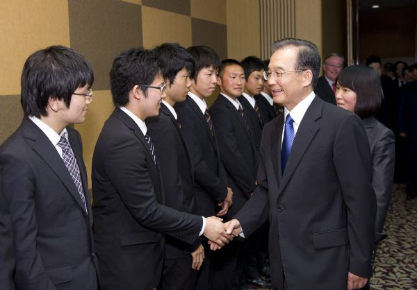 Chinese premier meets students from Japan's Sophia University