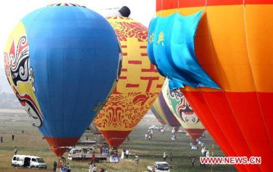 30 young couples tie knots on hot air balloon