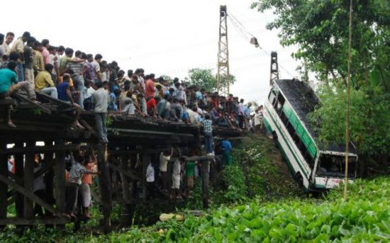 Bus carrying wedding party plunges into pond in India, 37 drowned
