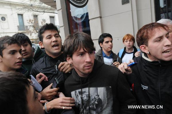 Attempt to attack Messi outside a bar