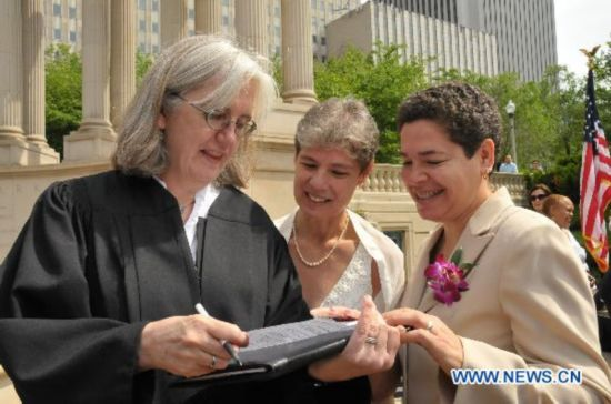 U.S. state Illinois offers official recognition to gay couple