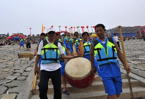 Qu Yuan's hometown celebrates traditional dragon boat festival