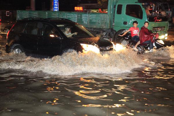 Heavy rainfall hits Wuhan, causing waterlogging and power interruption