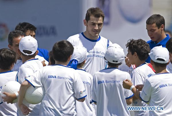 Real Madrid goalie Casillas visits Mexico City